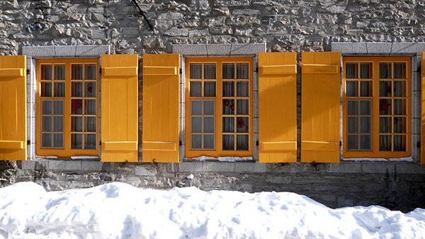 La neige fait particulièrement ressortir la couleur des façades et des volets ©Franck/Le Bar à Voyages