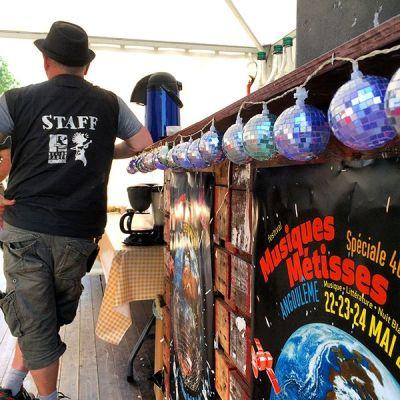 Guirlande boules à facettes en coulisses du festival Musiques Métisses ©Le Bar à Voyages/Magali Renard