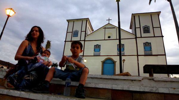 Belisa et ses deux yogini Clarice et Marco devant l'église de Pirenópolis