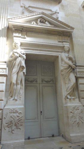 Porte encadrée de deux cariatides du sculpteur Pierre-François Berruer : Thalie et Melpomène