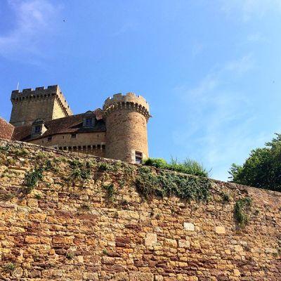 Vue sur une tour et le donjon du château de Castelnau-Bretenoux