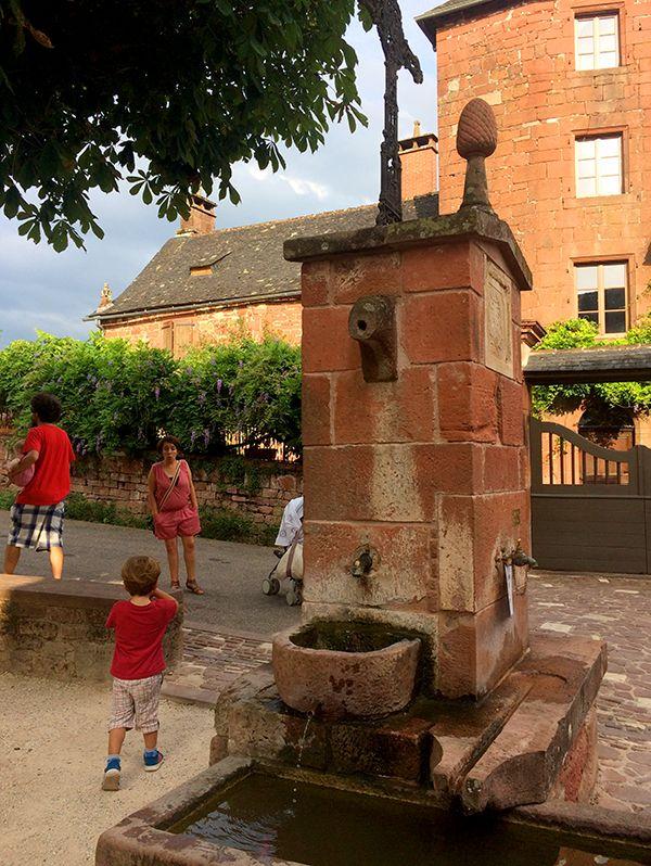 Jolie fontaine à Collonges-la-Rouge