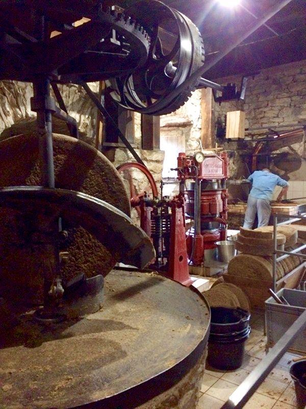 Fabrication de l'huile de noix au moulin Castagné
