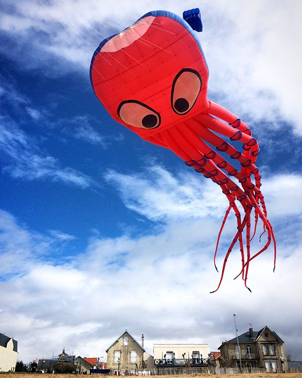 L'octopus rose de la team Mascotte, clou du 25ème Festival du cerf-volant et du vent de Châtelaillon-Plage
