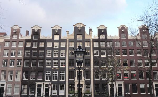 façades des étroites maisons d'Amsterdam - blog Bar à Voyages