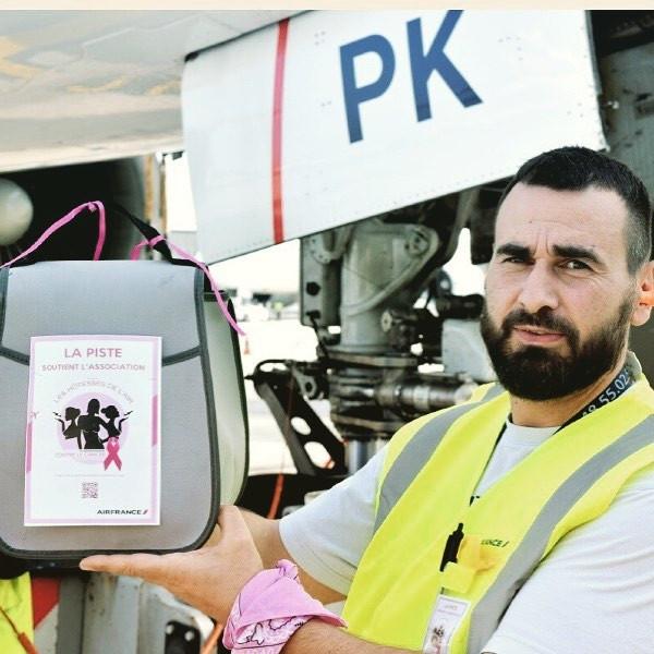 Le personnel au sol à l'aéroport joue le jeu des vols roses