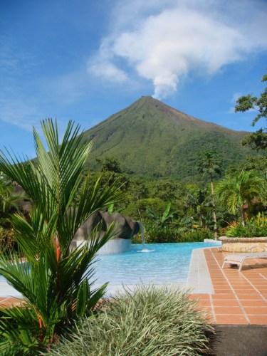 Des fumeroles s'échappent du volcan Arenal