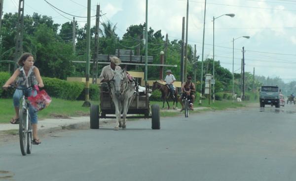 route cubaine avec tous types de véhicules