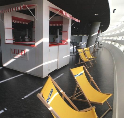 """le bar """"côté jardin"""" avec ses chaises longues"""