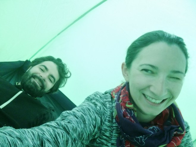 Yoann et Mélanie dans leur tente en camping sur la Rakiura track en Nouvelle-Zélande