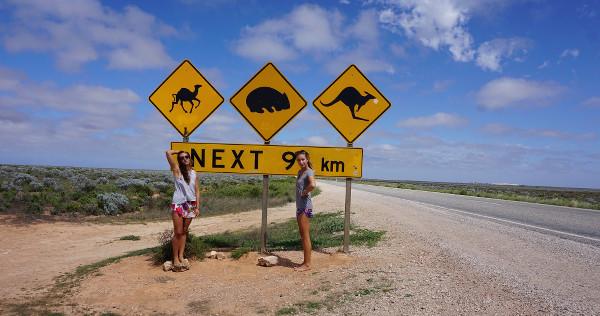 Lucille devant un panneau sur la route en Australie