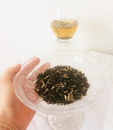 Thé sencha dans une coupelle