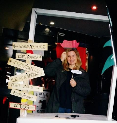 Claire se fait prendre en photo à la soirée Traveler On Stage