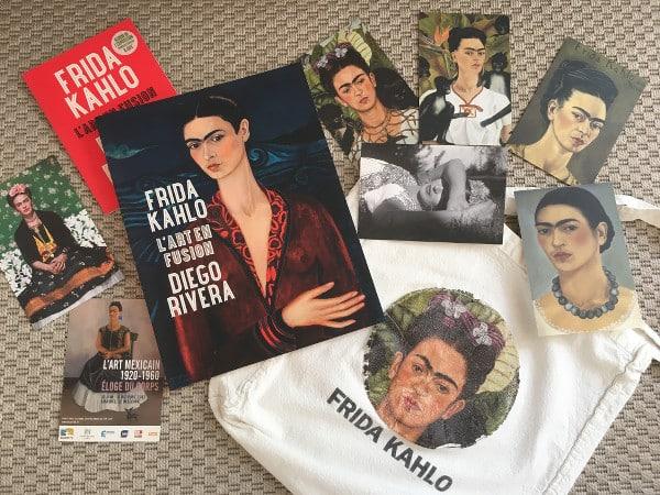 livres, cartes postales et sac représentant Frida Kahlo, pour laquelle Google Art & Culture propose plusieurs visites virtuelles
