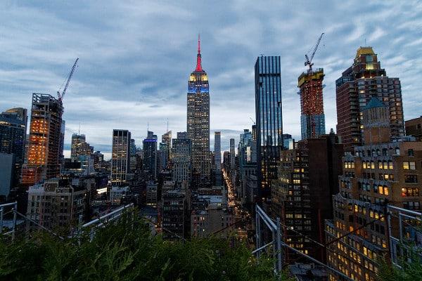 New York s'illumine, vue depuis un rooftop bar