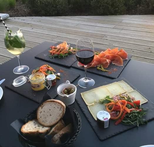 Apéro tapas gourmands en terrasse à la Villa Seren à Hossegor