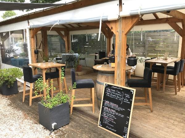terrasse couverte du Chill'in Tartes & Co., l'une des meilleures adresses gourmandes à Hossegor