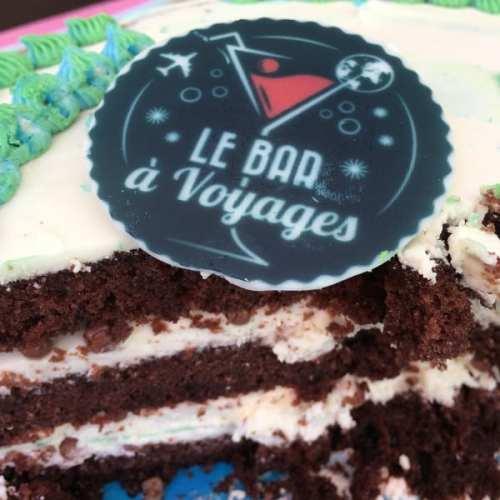 Gâteau de chez Made With Love avec le logo du blog