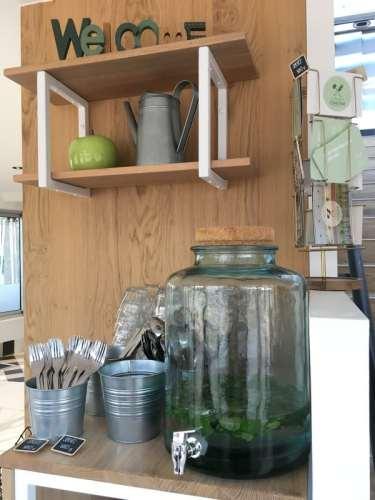 Bonbonne à eau et couverts au restaurant Green Cantine à Hossegor