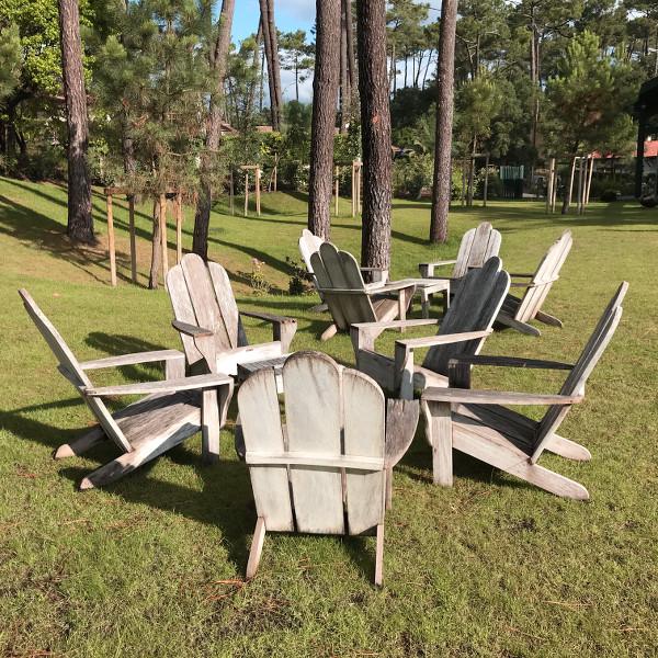 Fauteuils en bois dans le jardin de l'hôtel