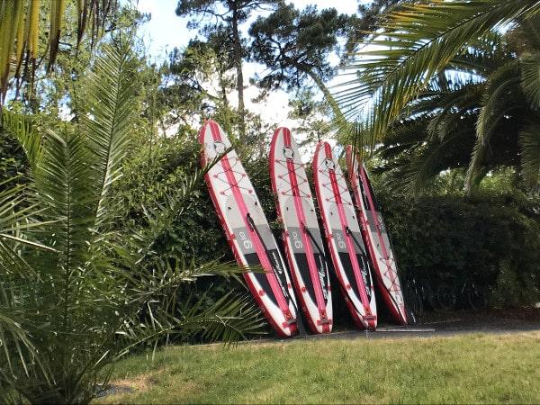 planches de paddle dans le jardin de l'hôtel les Hortensias du Lac
