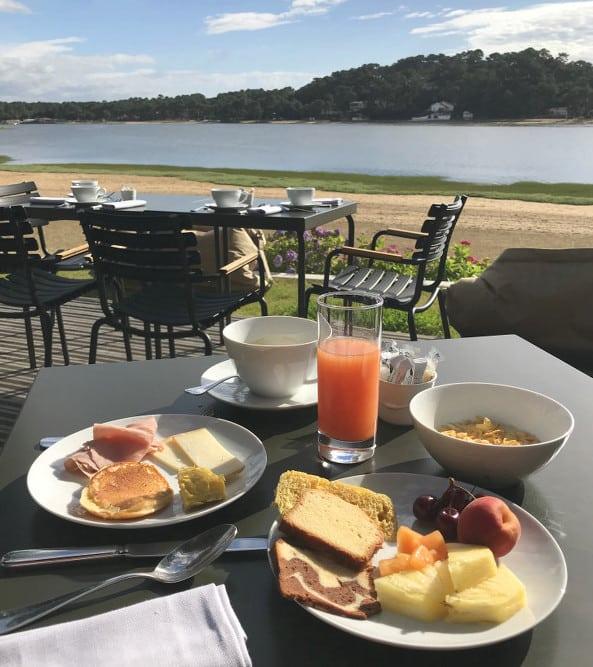 Petit déjeuner servi sur la terrasse extérieure devant le lac d'Hossegor
