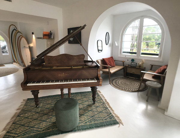 Salon de l'hôtel les Hortensias du Lac avec un piano et mobilier vintage
