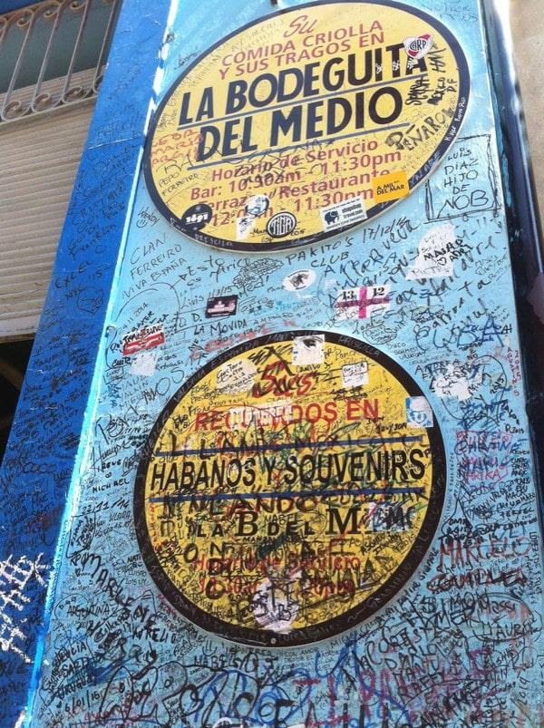 le mur tagué du bar Bodeguita Del Medio à La Havane