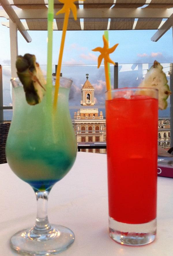 cocktails devant l'Edificio Bacardi à La Havane