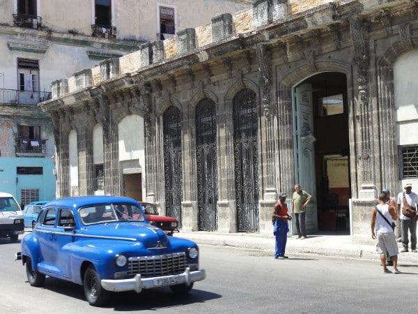 vieille voiture américaine bleue dans les rues de La Havane