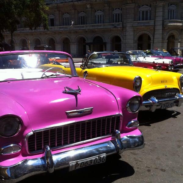 En 4 jours à La Havane, vous croiserez de nombreuses vielles voitures colorées comme celles-ci