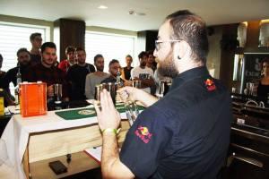 Alvaro durante una lezione di Flair Bartending