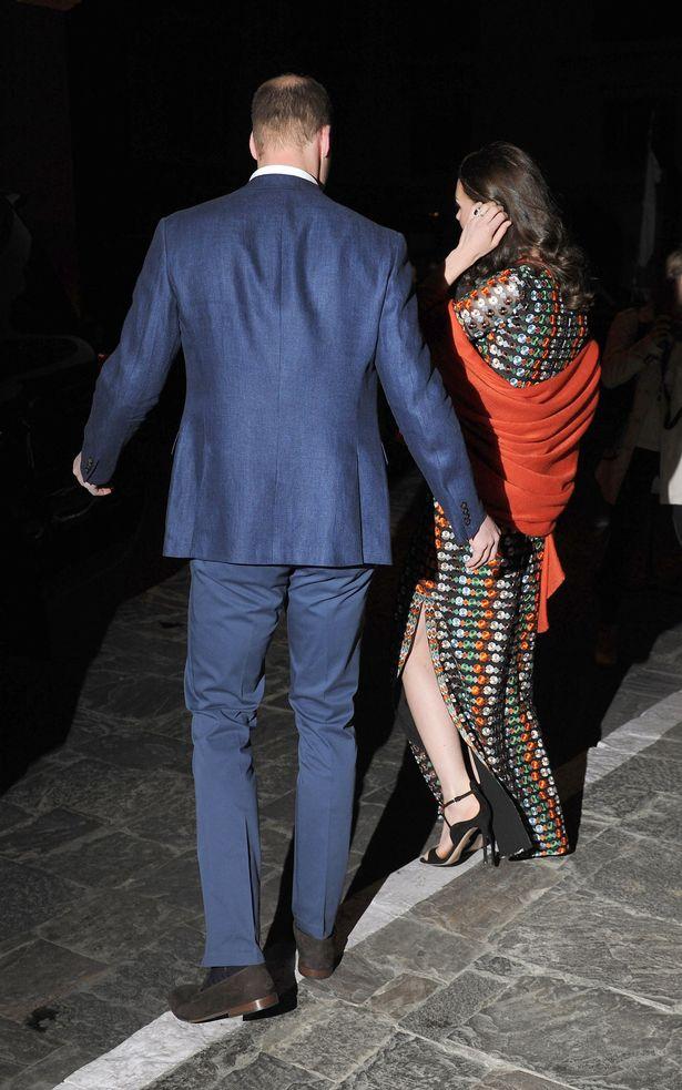 يظهر كيت الانقسام جنب في ملابسها حزب المحافظين بورتش كما تذهب لتناول العشاء مع الملك التنين بوتان والملكة