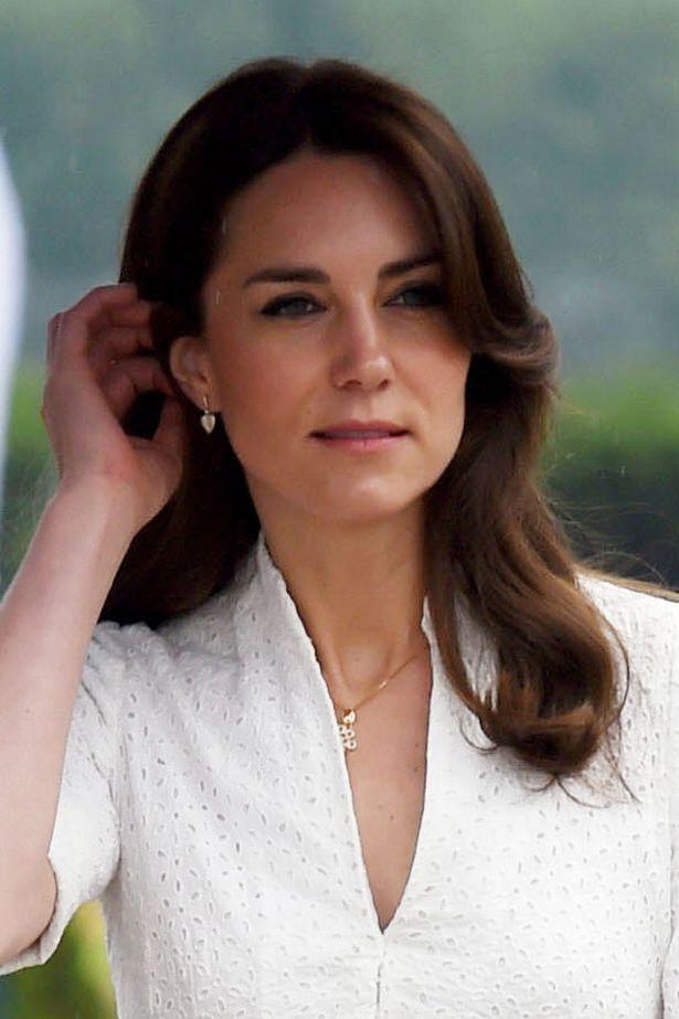 ارتدى كيت ميدلتون دعوى الكسندر ماكوين البيضاء لمغادرة بوتان