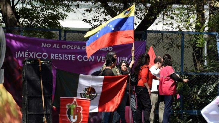 مكسيكية تحتج على دعم الولايات المتحدة للانقلاب في فنزويلا  إيسبان تي في