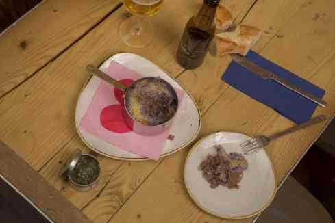 Confint de pato con patata morada y gratinado de queso
