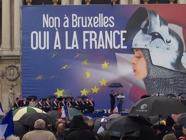 """Come ogni primo maggio, il Front National ha promosso un corteo per le strade di Parigi: la manifestazione ha come obiettivo la celebrazione di Giovanna d'Arco e per la prima volta ha visto alla testa della marcia e sul palco i nuovi sindaci eletti nelle fila della fiamma tricolore transalpina. Al corteo hanno partecipato, secondo gli organizzatori, ventimila patrioti. Un passaggio del discorso della Le Pen: """" Gli organi dell'Unione europea saranno costretti a fermare la loro folle corsa per il nostro successo. L'unica soluzione possibile è lo scioglimento dell'Assemblea nazionale, nuove elezioni parlamentari, e allora ci saranno i mezzi per cambiare radicalmente la politica nazionale""""."""