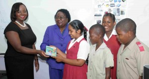 Principal Jennifer Robinson (2nd from left) and excited students accepting the Study Steps software from Jennifer Bradshaw-Wood of GEL.