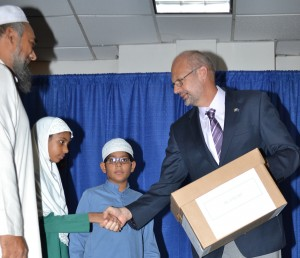 Head of the EU delegation Ambassador Mikael Barfod presents students from the Al–Falah School with their kits.