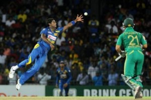 Angelo Mathews (left) attempts to take a catch off top-scorer JP Duminy.