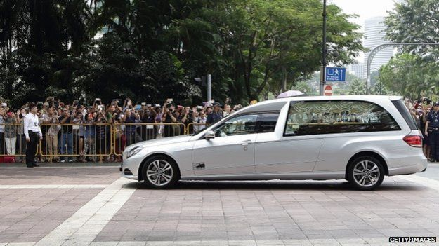Crowds greeting the hearse as it arrived at the Istana compound.