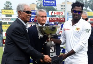 Sir Garfield Sobers (left) and Michael Tissera handing over the winning trophy bearing their names to Sri Lankan captain Angelo Mathews (right).