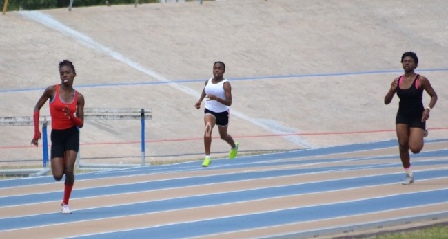Shemia Odaine leading the field after the bend in the girls U17 200m.