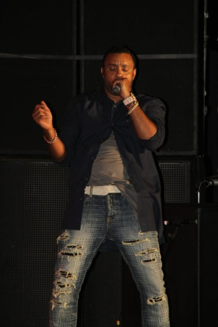 Reggae artist Shaggy demonstrating the Boombastic dance.