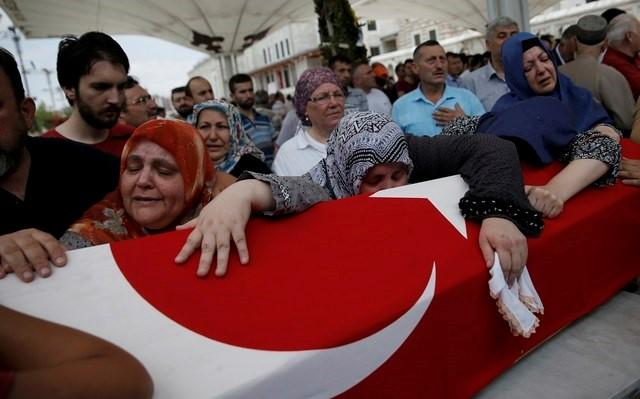 Relatives mourns over the coffin of Oner Cankatar who got killed in a thwarted coup during a memorial service at Fatih mosque in Istanbul, Turkey, July 17, 2016.       REUTERS/Alkis Konstantinidis