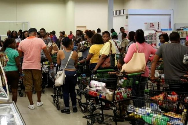 Jamaicans flock to the supermarkets to take care of last minute shopping pending the arrival of Hurricane Matthew in Kingston, Jamaica, September 30, 2016. REUTERS/Gilbert Bellamy