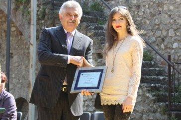 Il sindaco di Soiano del lago mi consegna la targa del premio