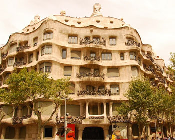 Casa Mil i Barcelona sevrdhet fr turister