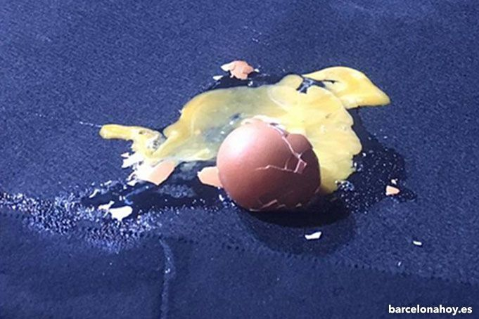 Lanzamiento de huevos a Marta Sánchez en Badalona.
