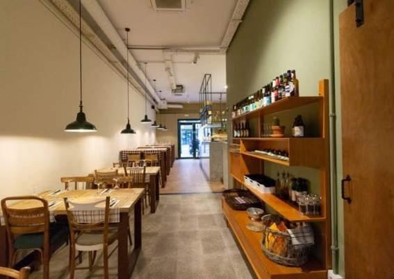 Stoelen, tafels, lampen, kast, bruine ruimte
